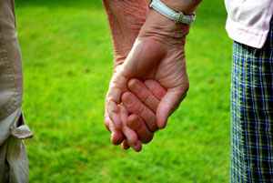 oldercoupleholdinghands