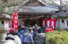 "Many people lining up to pray at the Kojin-do hall of the Raigo-in Temple (来迎院) during the ""Seven Lucky Gods"" Pilgrimage."