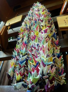 Hundreds_of_Origami_Cranes_at_Imperial_Palace_Park_Kyoto