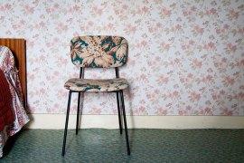 heritage-studio-papier-peint-chaises-coussins-tissus-floral
