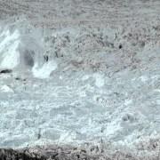 Un énorme morceau d'un glacier se brise