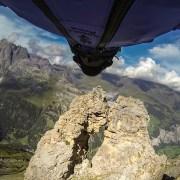 Il passe en wingsuit dans un petit trou dans une montagne