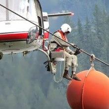 L'étrange métier de l'inspecteur de lignes à haute tension en hélicoptère