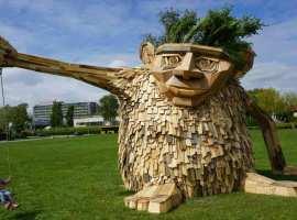 Las grotescas esculturas gigantes de madera reciclada de Thomas Dambo