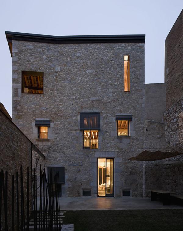 2-il-restauro-di-un-abitazione-medievale-a-girona-by-anna-noguera