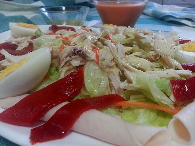 ensalada de pollo con vinagreta de mostaza. ensalada de aprovechamiento cocina facil