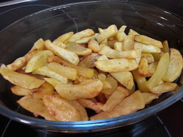 patatas fritas con mezcla de quesos y jamón