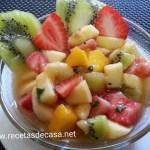 Macedonia de frutas con miel y hierbabuena