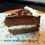 Bizcocho de chocolate relleno de nata y mermelada