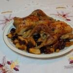 Picantones al horno con manzana y ciruelas