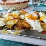 Patatas a lo pobre con huevos fritos