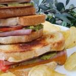 Sándwich de guacamole con jamón y queso