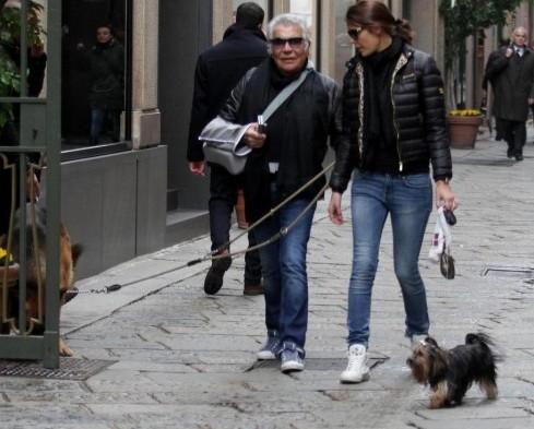 Roberto Cavalli con la fidanzata Lina Nilson e i cani04