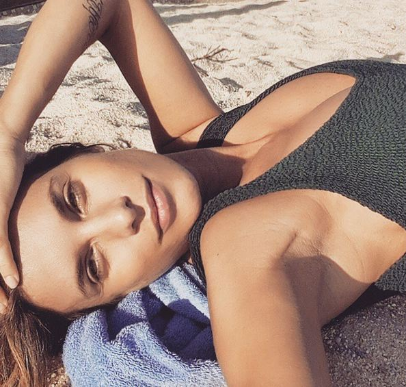 Elisabetta Canalis, Pasqua in spiaggia e FOTO pancino sospetto04