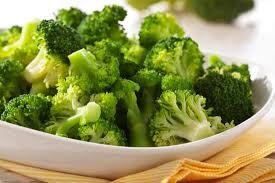Cataratta, prevenzione a tavola con spinaci, broccoli, olio e noci