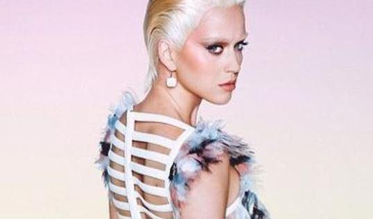 Sulla cover della rivista Wonderland, la popstar è tornata alle origini decolorandosi i capelli