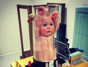 Bambino nel tubo di plastica: foto virale commuove il web