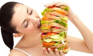 """Gli esperti chimano questo modo di mangiare """"Binge eating"""" e si tratta di un metodo errato per tranquillizzarsi. Peccato che tra gli effetti negativi ci sia quello di lievitare con il peso"""