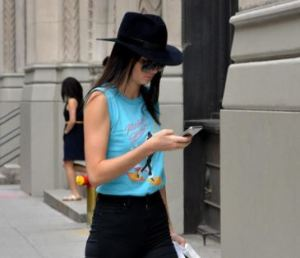 Kenkall Jenner: pantaloni aderenti, t-shirt e cappello in giro per New York FOTO 35