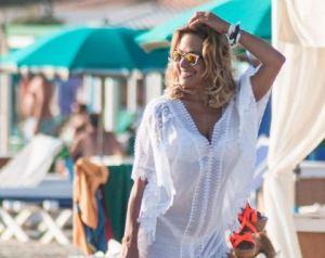 Barbara d'Urso, copricostume trasparente in spiaggia al Twiga Beach FOTO