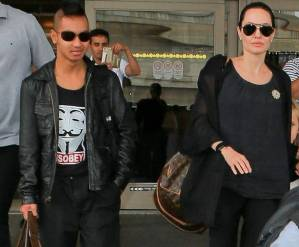 """Maddox con i capelli """"punk-rock"""" e vestito di nero come mamma Angelina Jolie 10"""