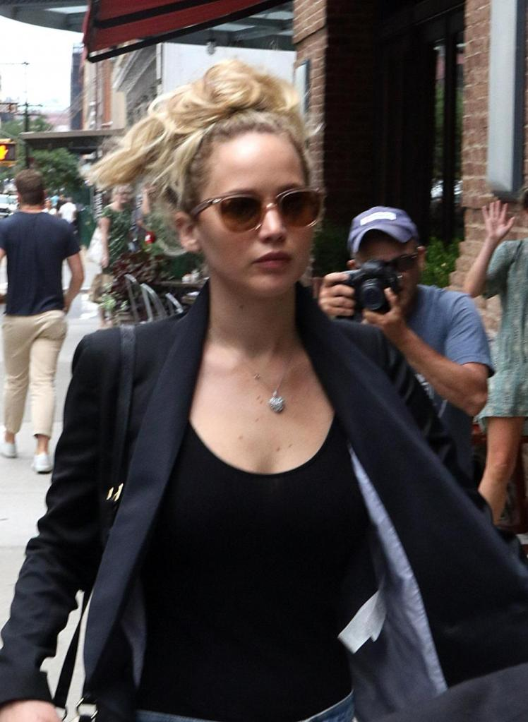 Jennifer Lawrence, street style look in giro per New York FOTO