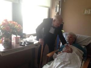 La moglie è malata, lui si presenta in smoking all'ospedale
