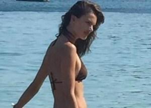 Alessandra Ambrosio in spiaggia a Mykonos con i figli Anja e Noah FOTO6