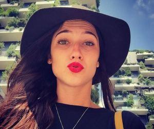 Lodovica Comello chic: cappello e rossetto rosso FOTO