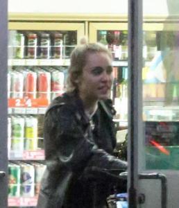 Miley Cyrus e gli spuntini in piena notte in autogrill FOTO 6