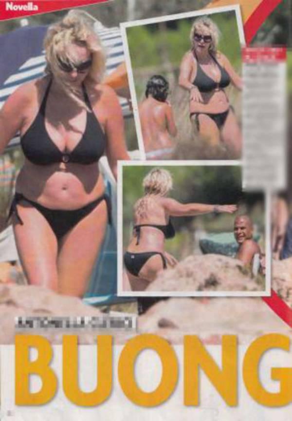 """Antonella Clerici, bikini e fisico """"morbido"""" al mare FOTO"""