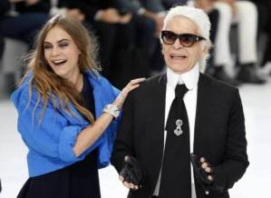 German designer Karl Lagerfeld (R) and model Cara Delevingne (C) appear at the end of his Spring/Summer 2016 women's ready-to-wear collection for fashion house Chanel at the Grand Palais which is transformed into a Chanel airport during the Fashion Week in Paris, France, October 6, 2015.   REUTERS/Charles Platiau