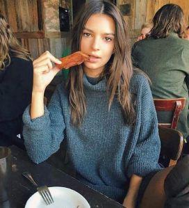 Emily Ratajkowski, altro che dieta...Mangia la pancetta FOTO 1