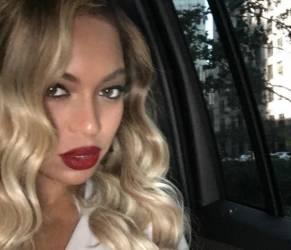 Beyoncé, abito bianco aderente e rossetto rosso FOTO 1