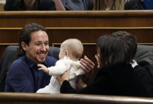 Pablo Iglesias, leader Podemos col bebè in braccio in Parlamento FOTO3