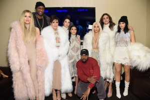 Kylie Jenner con l'abito cortissimo a sfilata Kanye West