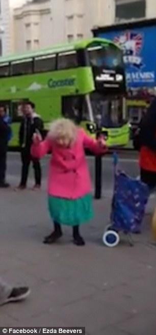 Anziana balla Twist & Shout con artisti di strada2