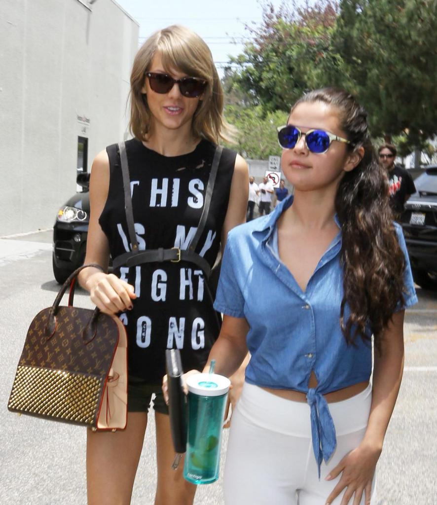 Taylor Swift e Selena Gomez a passeggioFamous friends Taylor Swift wearing a harness and a shirt that reads this is my fight shirt  and Selena Gomez in white spandex sipping lemon water go shopping together in Los Angele then go to lunch. Selena Gomez was in Taylor's Bad Blood video as the bad girl.  X17online.comLaPresse  -- Only Italy