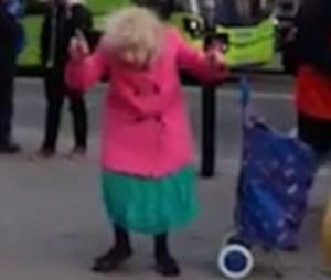 Anziana balla Twist & Shout con artisti di strada, VIDEO virale