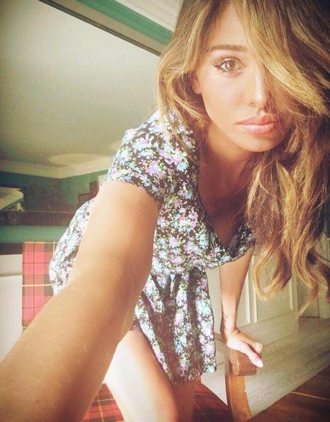 Belen Rodriguez: capelli biondi e abito a fiori FOTO