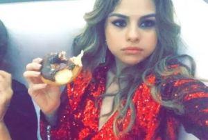 Selena Gomez, gambe da urlo con l'abito rosso Balmain VIDEO