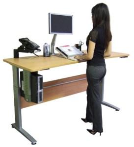 """Lavorare alla scrivania in piedi? """"Stesse calorie che seduti"""""""