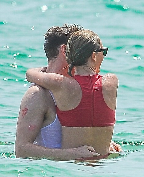 aylor Swift al mare con Tom Hiddleston11
