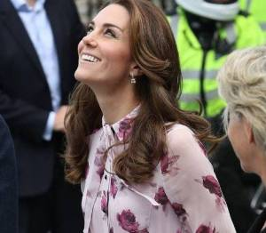 Kate Middleton impeccabile con l'abitino a fiori e tacchi FOTO