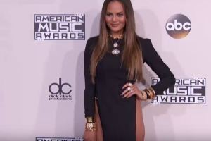 Chrissy Teigen, abito scandalo agli AMA: spacco vertiginoso VIDEO