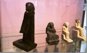El misterio de la estatuilla egipcia que se da la vuelta