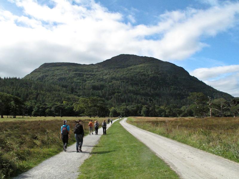10 Paar Wanderschuhe auf dem Weg durch Kerry