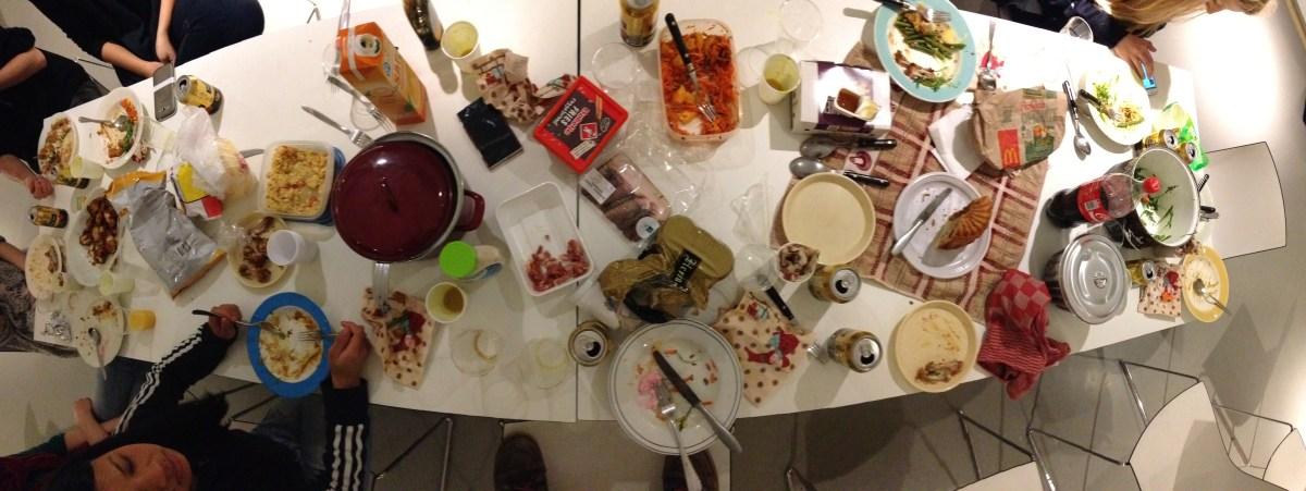 Eten met studenten tijdens projectweek in Minerva