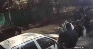 Tres sujetos atacan por la espalda a joven y le roban su celular en Azcapotzalco (VIDEO)