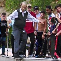Pro-Skateboarder verkleidet sich als Opa